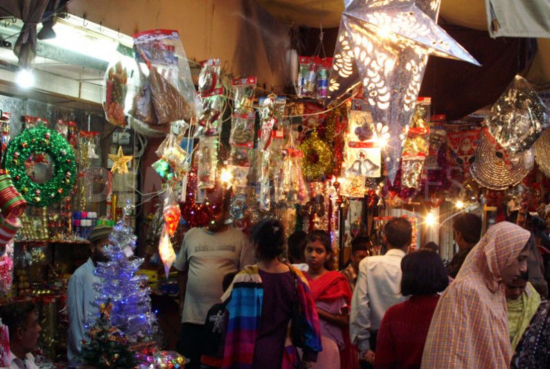 1324408474-preparations-for-christmas-in-pakistan-bring-joy_976056